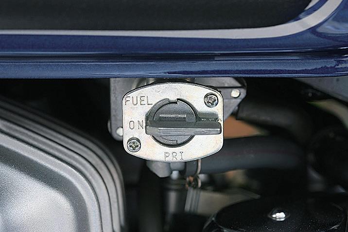 キャブ車は燃料コックの位置を確認