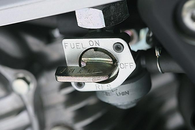 キャブ車の場合は燃料コックの位置を確認