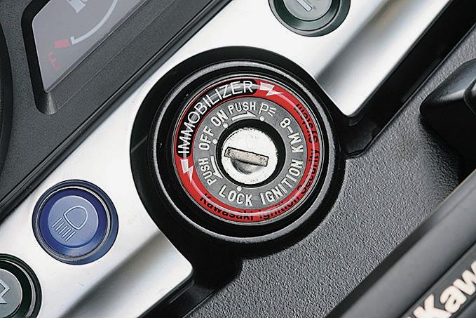 イモビライザー装備のバイクは、メインキーの周辺に表示やステッカーがある。