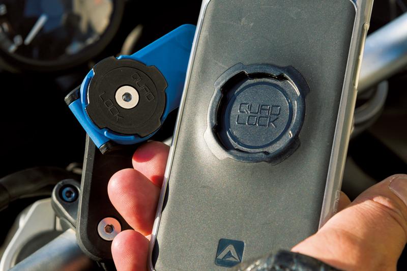 78c0d6ce21 45°の角度で上から軽く押しあて、縦または横に回せば、強固にロックされるシステムを採用するクアッドロック。スマホを取り外すときは青いレバーをひねるだけ。